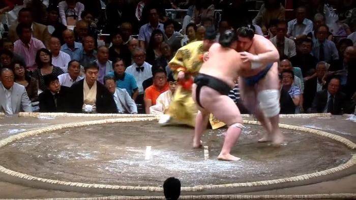 Terunofuji Overpowers Aoiyama